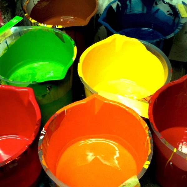 塗装の為の塗料の色合わせ風景。
